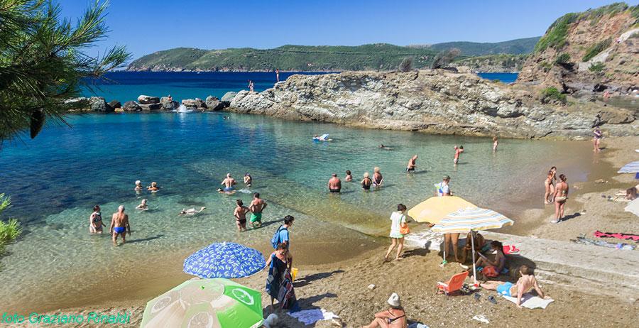spiaggia Felciaio isola d'Elba zona del molo con garage
