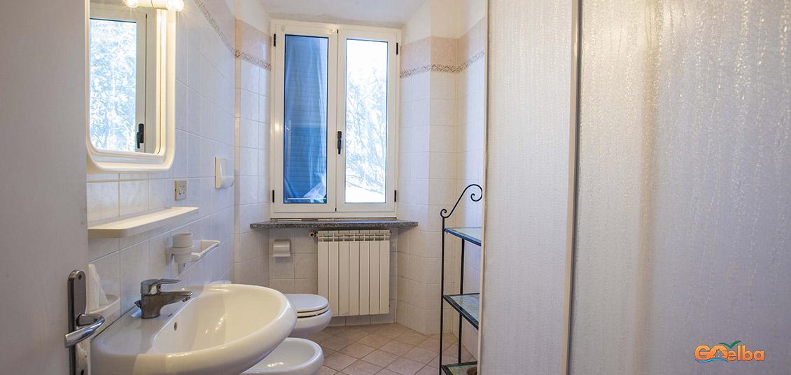 Annarita apartments Marina di Campo Bathroom with windows